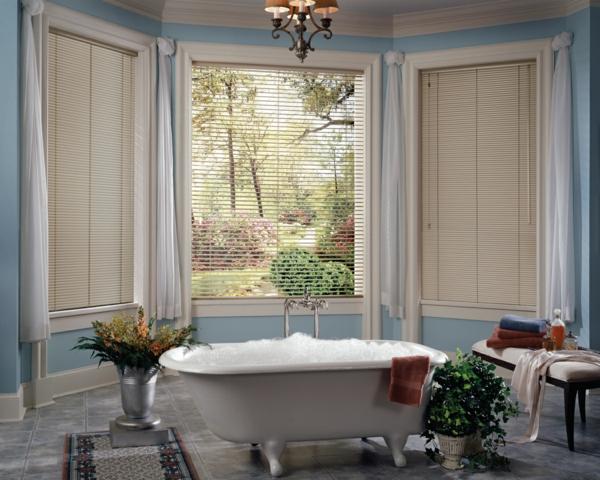 weiße-aluminium-jalousien-neben-einer-weißen-badewanne