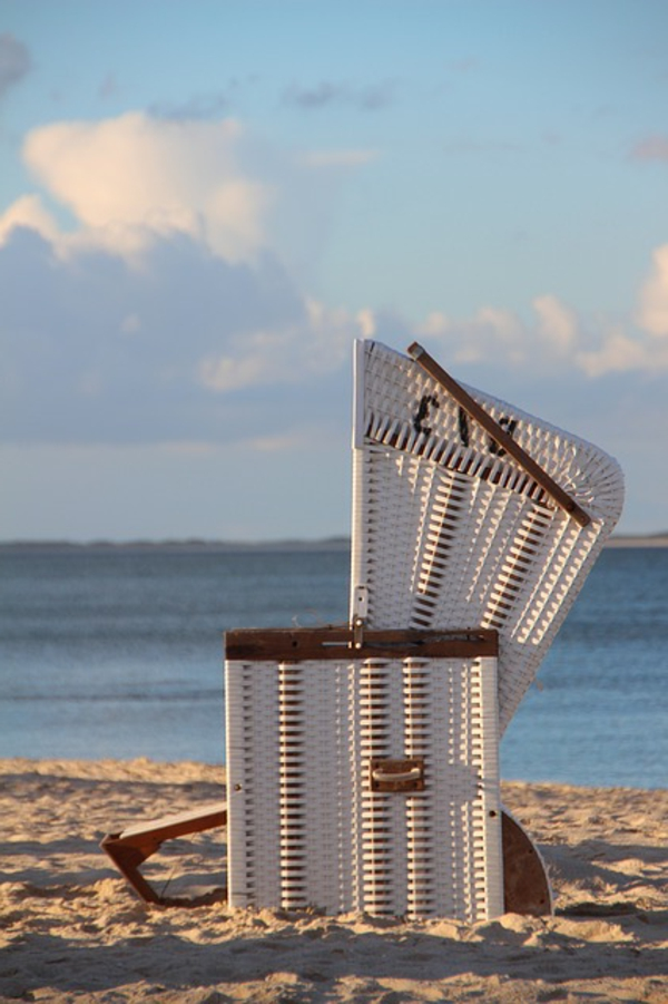 weiße-farbe-single-strandkorb-auf-dem-sand - wießes design - cooles aussehen