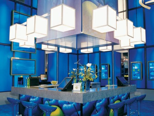 weiße-schicke-lampen-im-blau-beleuchteten-bar