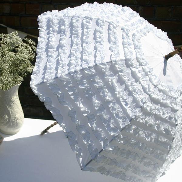 weißer-extravaganter-regenschirm