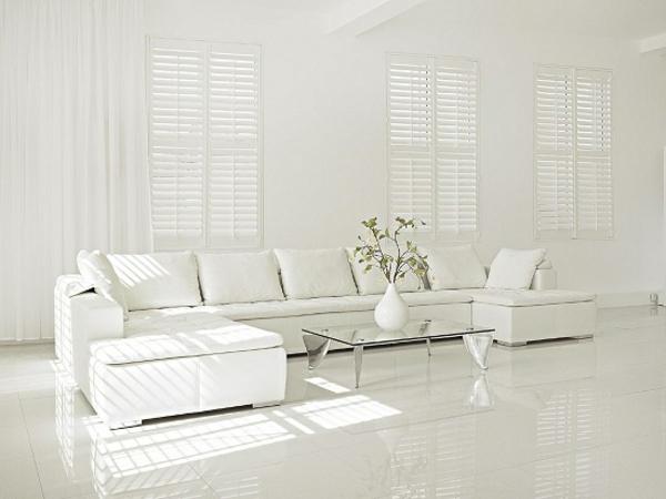 weißes-interieur-großes-sofa-im-wohnzimmer