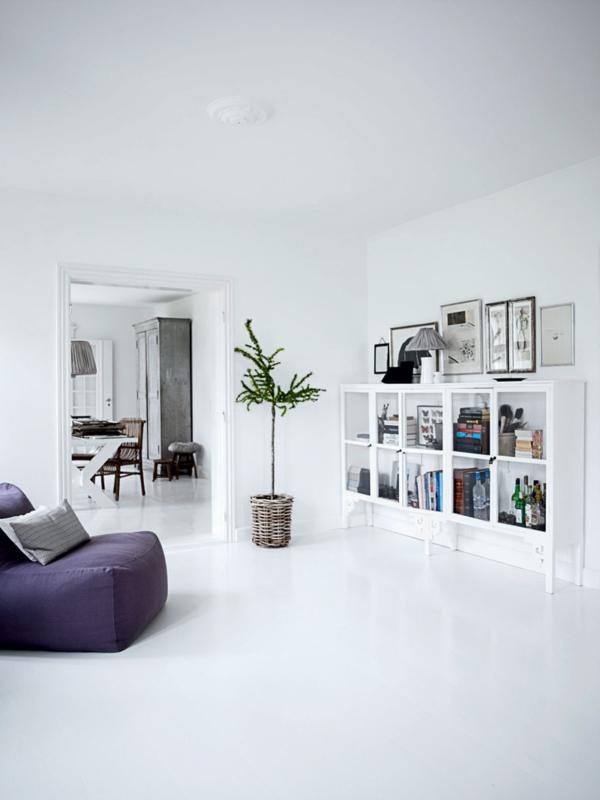 weißes-interieur-herrliches-zimmer-mit-regalen