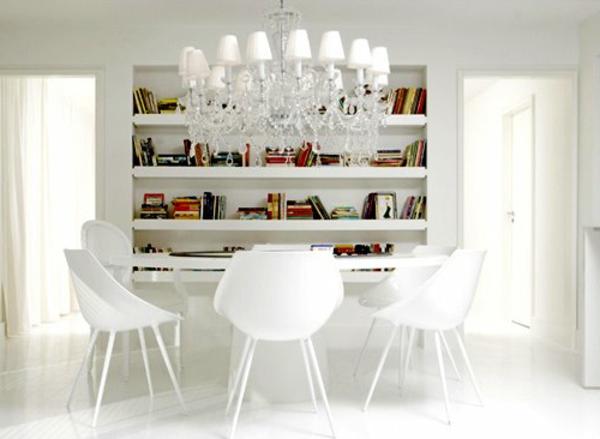 weißes-interieur-moderne-regale-und-coole-stühle