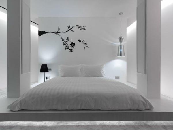 weißes-interieur-schlafzimmer-mit-interessanter-wandgestaltung