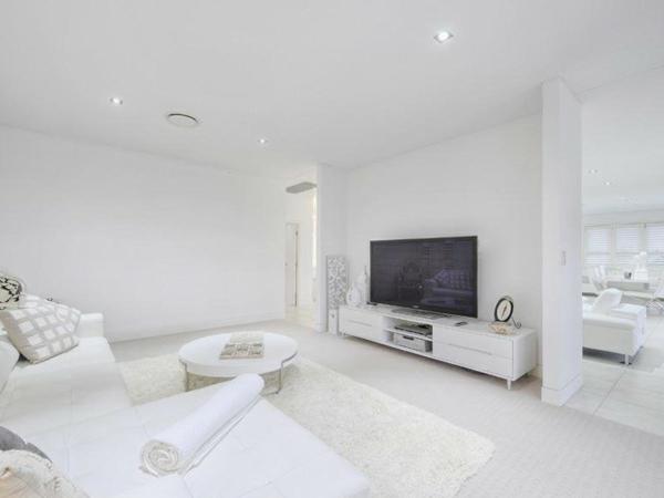 weißes-interieur-wohnzimmer-mit-einem-großen-fernseher