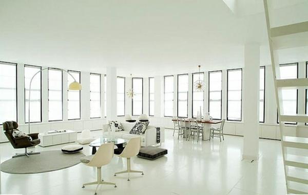 weißes-interieur-zimmer-mit-vielen-fenstern