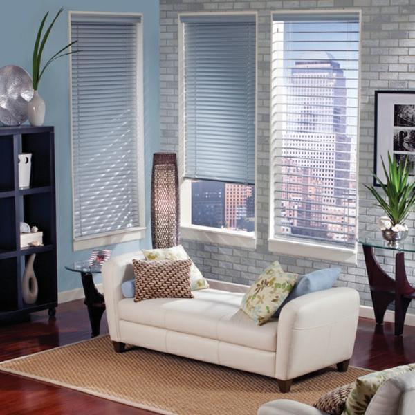 weißes-sofa-neben-aluminium-jalousien