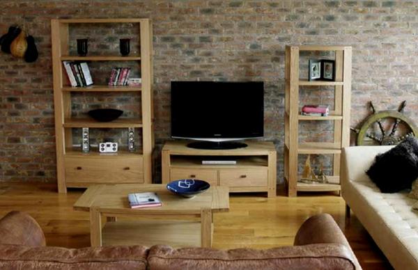 wohnzimmer-mit-regalen-aus-echtholz
