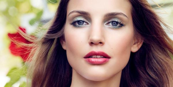 wunderrschöne-frau-mit-braunen-haaren-und-make-up-mit-frühlingsmotiven