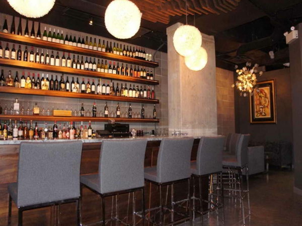 wunderschöne-bar-dekoration-kugelförmige-lampen