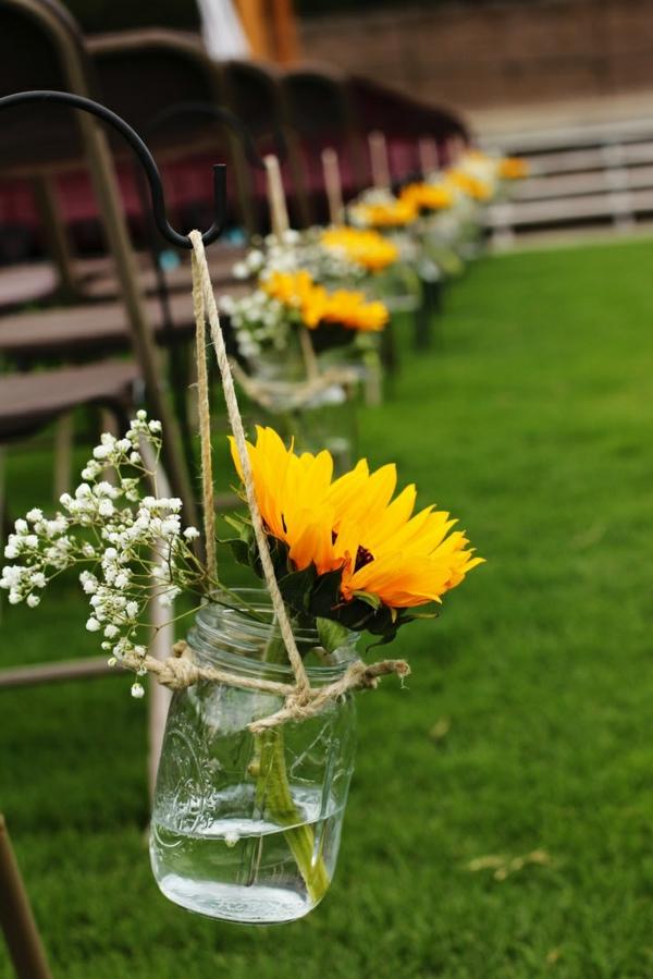 wunderschöne-blumendeko-sommerblumen-in-gelber-farbe-sonnenblume-im-glas
