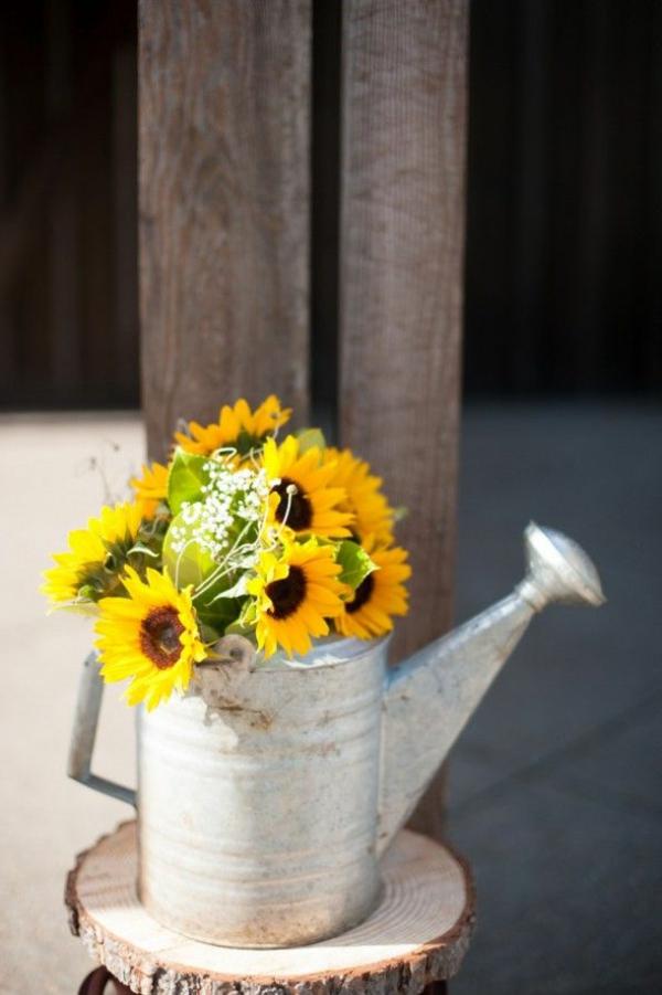 wunderschöne-sommerdeko-sommerliche_deko-blumendeko-sommerblumen-in-gelber-farbe