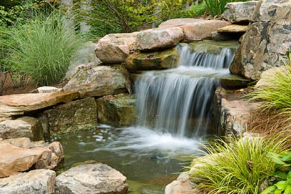 wunderschöner-wasserfall-im-teich