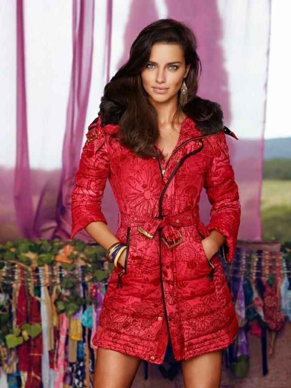 wunderschönes-foto-von-adriana-lima-mit-einer-roten-jacke