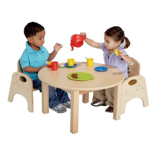 zwei-kinder-spielen-auf-einem-kleinen-runden-tisch