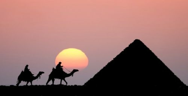 Ägypten-Reise-Pyramide-und-Kamele -interessantes foto