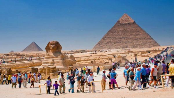 Ägypten-Reise-coole-pyramiden-und-viele-leute - blauer himmer