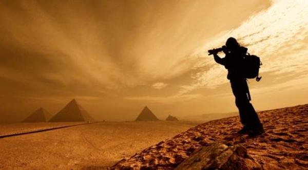 Ägypten-Reise-ein-inspirierendes-foto-von-einem-mann - orange farbschemen
