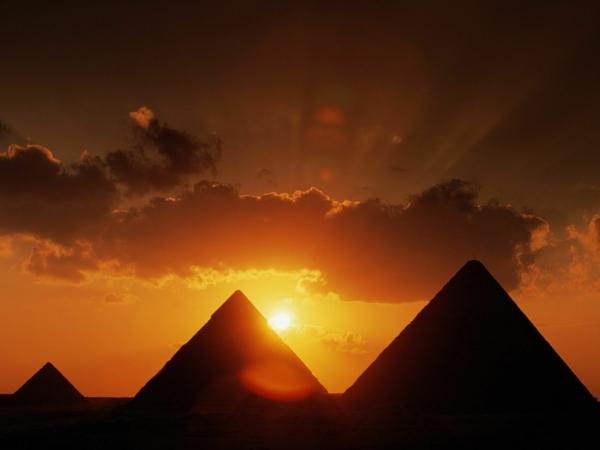 Ägypten-Reise-herrliche-pyramiden -beim sonnenuntergang