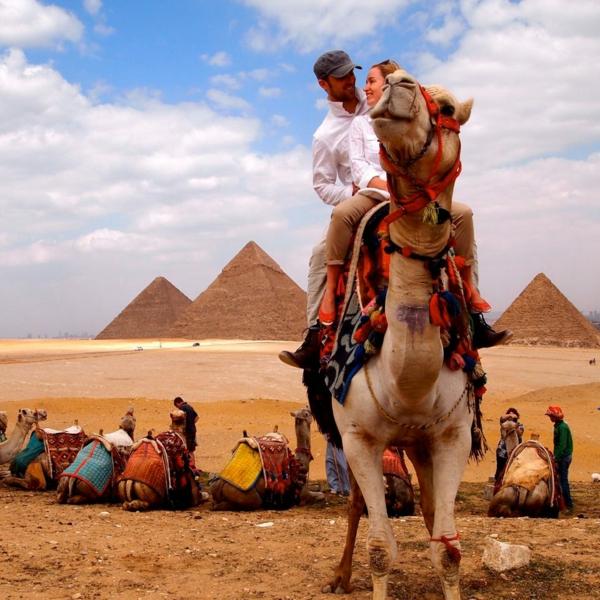 Ägypten-Reise-kamel-und-ein-mann-darauf