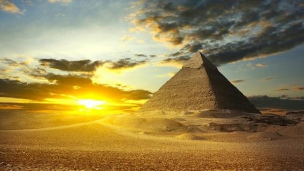Ägypten-Reise-pyramide-und-wunderschöner-himmel - einmaliges foto