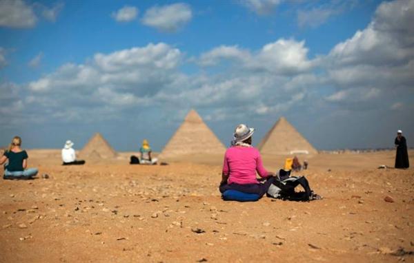 Ägypten-Reise-sand-und-leute-darauf - schöner blauer himmel