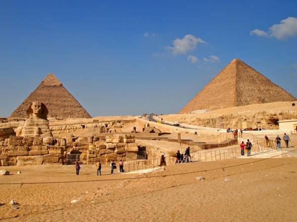 Ägypten-Reise-super-coole-pyramiden unter dem blauen himmel