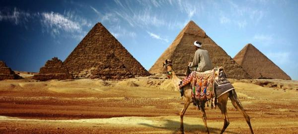 Ägypten-Reise-viele-pyramiden-und-ein-kamel - goldener sand