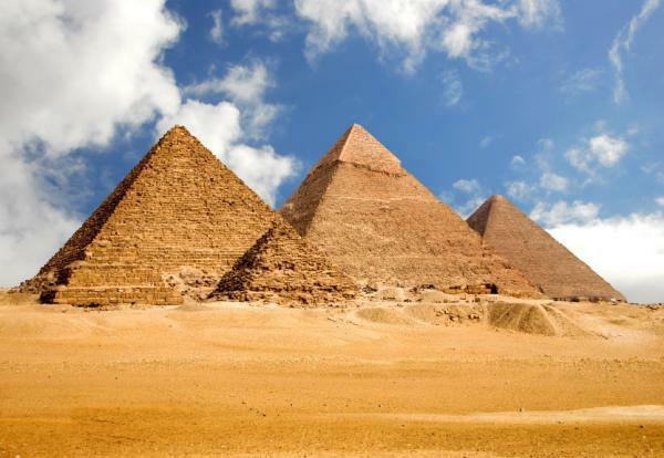 Ägypten-Reise-viele-schöne-pyramiden - weiße wolken