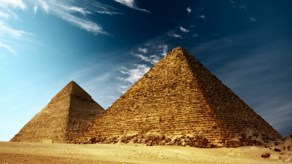Ägypten-Reise-zwei-große-pyramiden - interessanter himmel