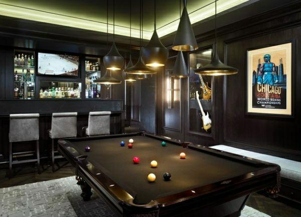 Bar-schwarzes-Design-Spieltisch-Barstühle-Poster-Gitarren-schwarze-Leuchten