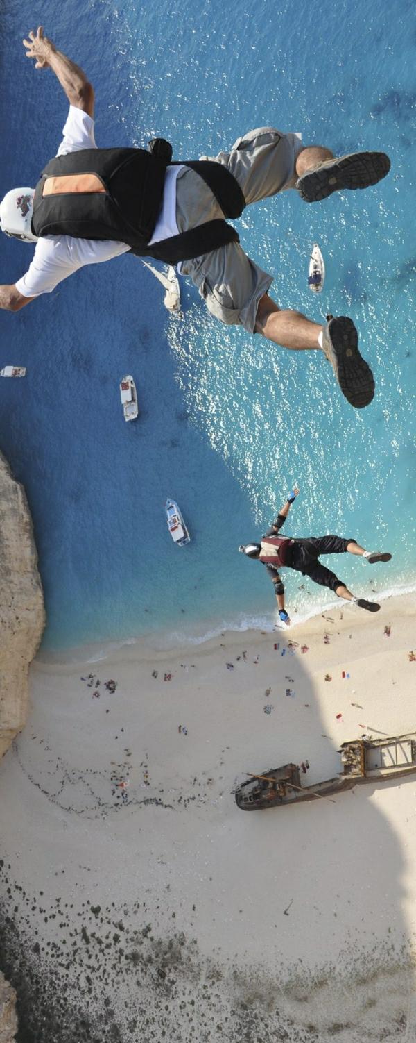 Base-Jumping-zwei-Männer-Strand-Meer-Sand-Boote