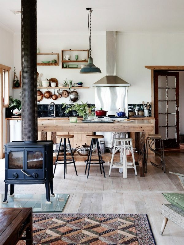 Landhauslküchen-Bauernhaus-in-Victoria-Australien-Kamin-Esstisch