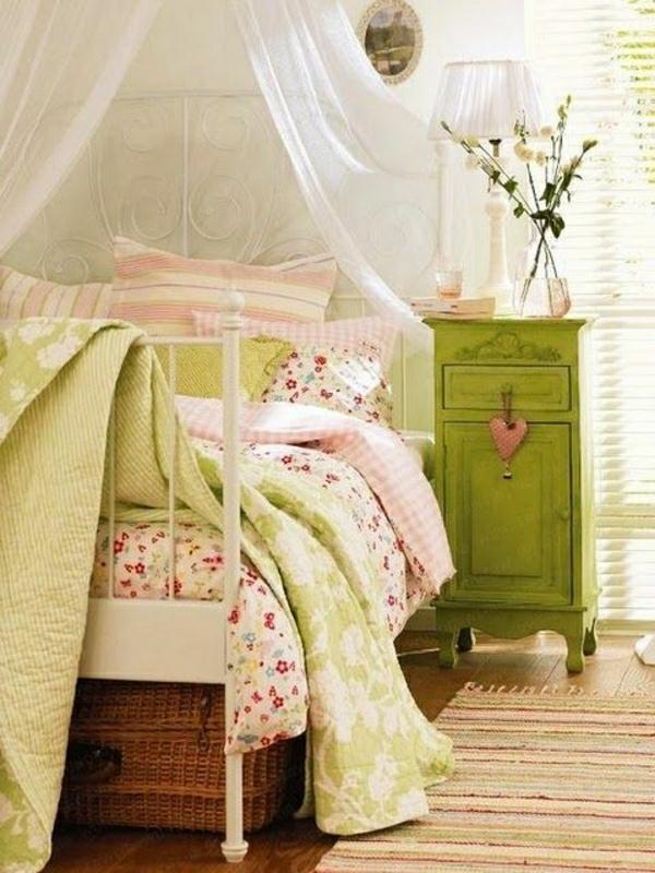 Bett-Baldachin-grüne-Kommode-Blumen-Bild-Korbtruhe