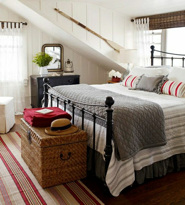 Bett-Kissen-Korbtruhe-graue-Bettdecke-Strohhut-Bootpaddel-Laterne-Dachschräge