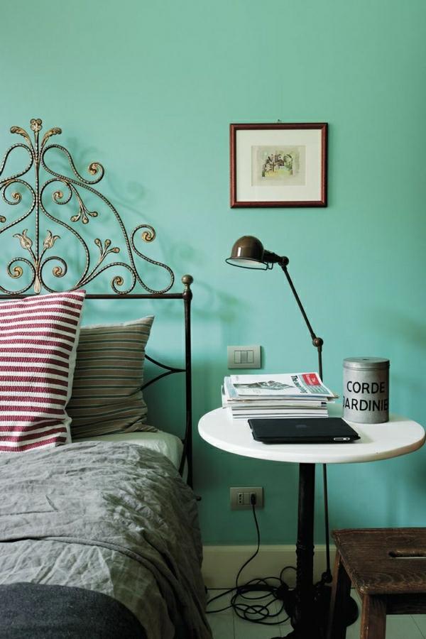 Bett-Kissen-mintgrüne-Wand-Bild-stehende-Leuhte-Laptop