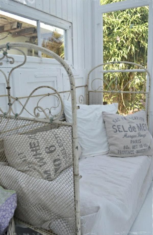 Bett-auf-der-Veranda-Kissen-Natur-weiß
