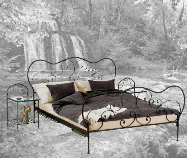 Bett-aus-Schmiedeeisen-Fototapete-Wald-Wasserfall-Bettzeug-braun-beige-Nachttisch