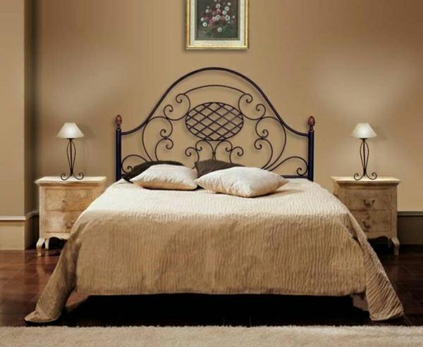 großes-Bett-beige-elegant-stehende-Leuchten-Nachttische