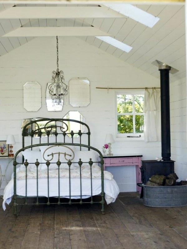 Bett-aus-Schmiedeeisen-weißes-Schlafzimmer-Kronleuchter-lila-Schublade-Fenster