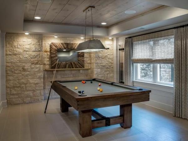 Billardtisch-Holz-Fenster-Gardinen-Steinwand-große-hängende-Leuchte