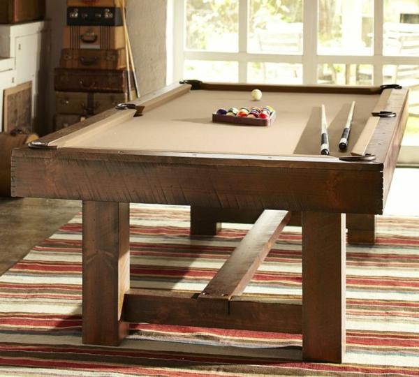 Spieltisch-Holz-farbiger-Teppich-Koffer-Fenster