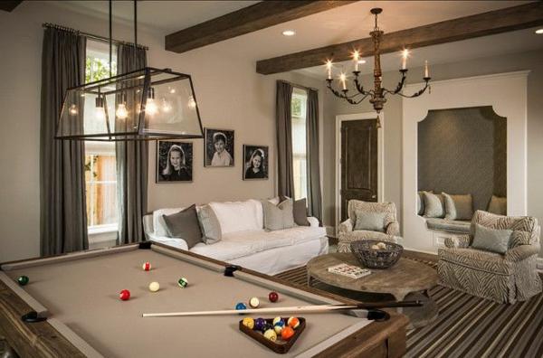 Billardtisch-Holztisch-weißes-Sofa-Kronleuchter-transparente-Leuchte-Eleganz