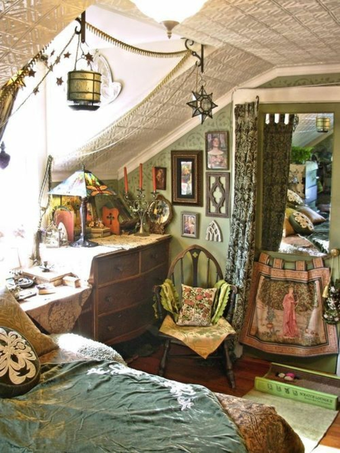 Boho-Antik-Schlafzimmer-grün-Gardinen-Satin-Leuchten