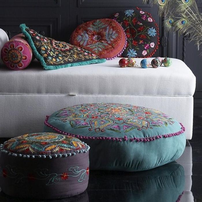 Sclafzimmer-Ideen-Boho-Chic-Design-türkische-Kissen-weißes-Sofa