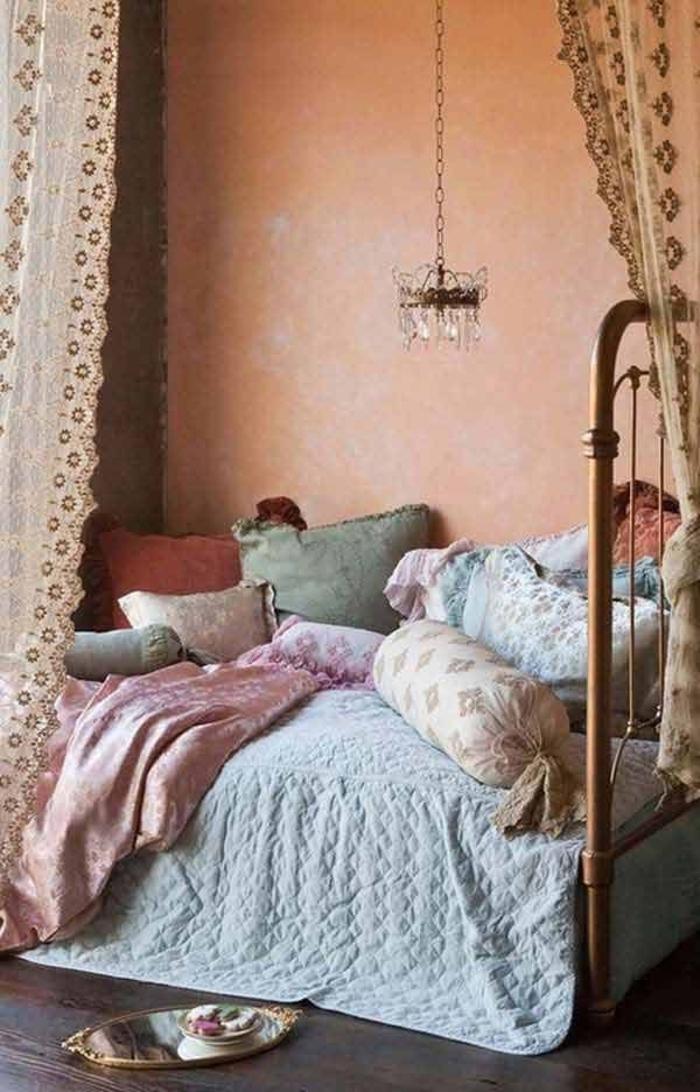 Boho-Schlafzimmer-Gardinen-Kissen-Kronleuchter