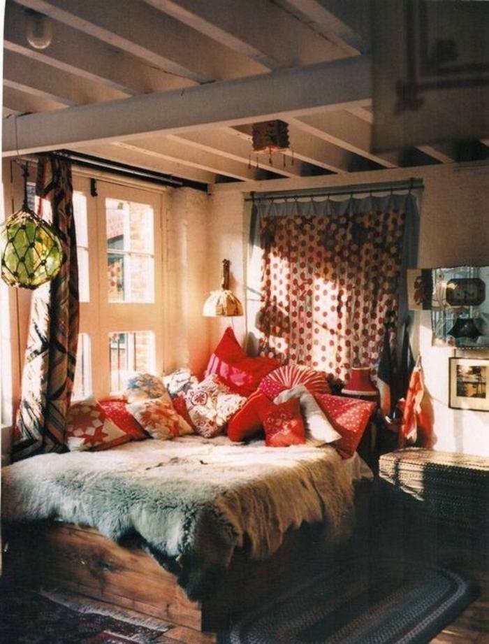 Boho-Schlafzimmer-Leuchten-Kissen-Tierhaut