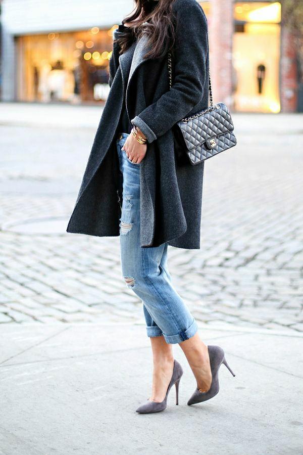 Boyfriend-Jeans-dunkelgrauer-Mantel-aus-Wolle-Stöckelschuhe-Chanel-Tasche