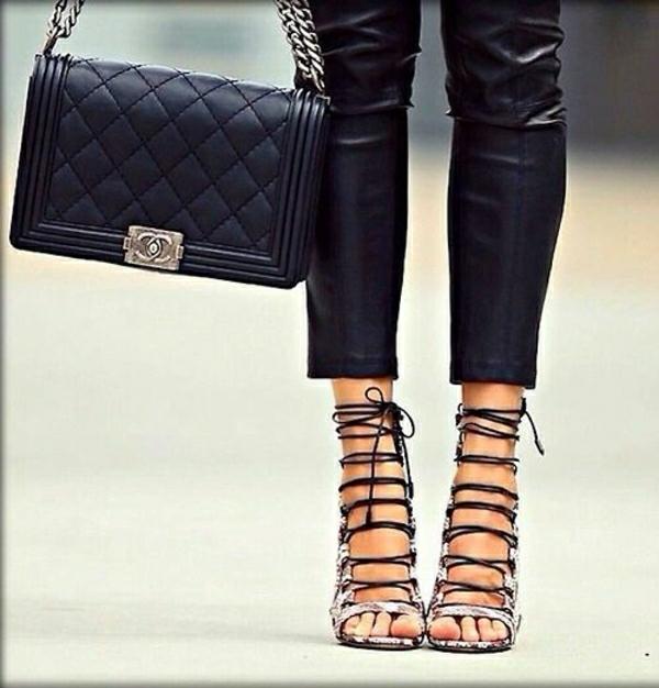 Chanel-Tasche-schwarze-Lederhosen-Sandalen