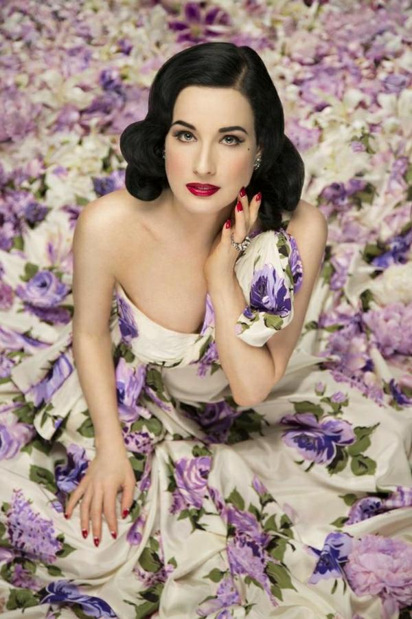Dita-von-Teese-Kleid-Blumenmotive